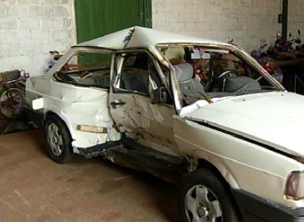 Carro atingido por perua ficou com a lateral destruída (Foto: Reprodução / TV Tem)