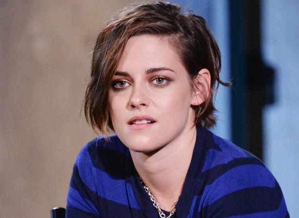 A atriz Kristen Stewart revela que se sente insegura com relação à sudorese. Quando fica nervosa, Kristen sua em excesso pelas mãos. (Foto: Getty Images)