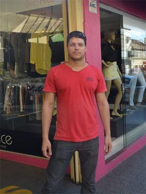 Andrey gastou R$ 1,6 mil para trocar placa de publicidade  (Foto: Clayton Castelani/ G1)