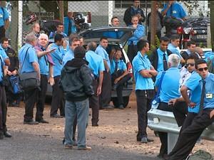 Cerca de 200 funcionários se reuniram em frente à garagem da empresa (Foto: Ely Venâncio/EPTV)