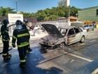 Carro pega fogo em São José dos Campos, SP