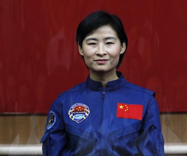 Liu Yang, a primeira astronauta chinesa, posa para fotos nesta sexta-feira (15) (Foto: AP)