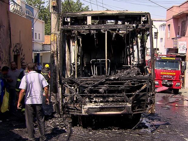 Ônibus pega fogo em Belo Horizonte (Foto: Reprodução/TV Globo)