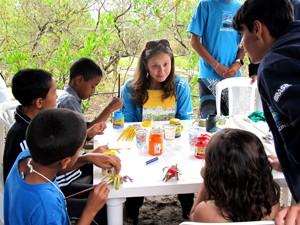 Pesquisadora desenvolve atividade de educação ambiental com crianças (Foto: Mariane Rossi/G1)