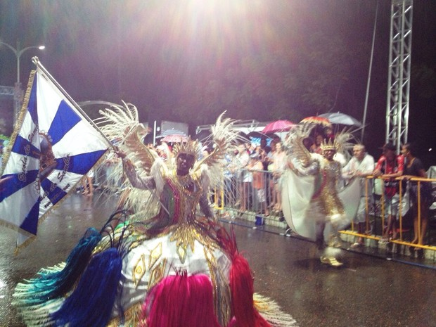 Grupo desfilou sob chuva forte (Foto: Kléber Pizzamiglio/RBS TV)