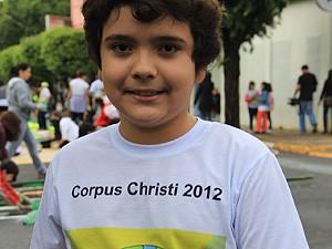 João Paulo Vieira Rodrigues, de 9 anos, ajuda nos trabalhos (Foto: Fabio Rodrigues/G1)