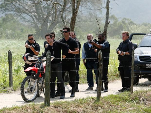 Cercado, Jonas fica sem saída e se rende (Foto: Artur Meninea/TV Globo)
