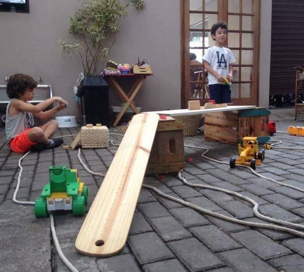 Crianças se divertem em atividade do Brincando no Pé (Foto: Reprodução / Instagram)