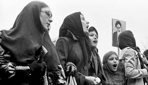 Mulheres protestam durante a Revolução Iraniana, em 1979 (Foto: Khabar/Wiki Commons)
