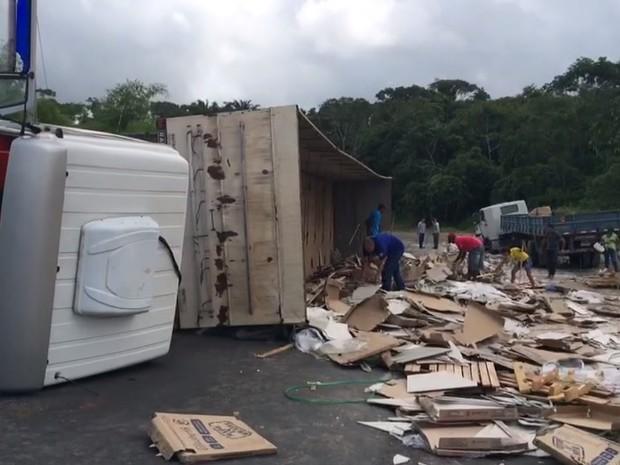 Parte da rodovia foi interditada após acidente (Foto: Estela Nascimento/TV Gazeta)