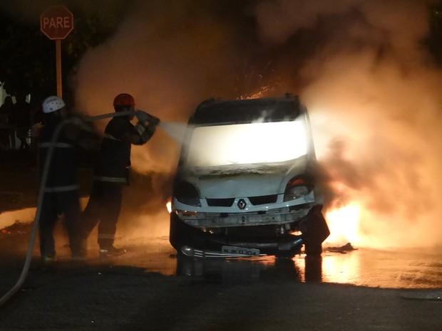 Bombeiros apagaram o fogo no veiculo (Foto: Waldson Costa/ G1)