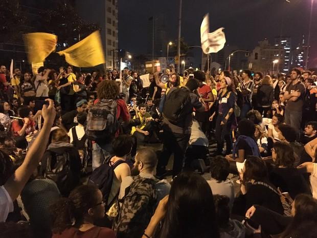 Manifestação está reunida no Largo da Batata. No carro de som, militantes da Frente Brasil Popular e do Povo Sem Medo encerram o ato. (Foto: G1)