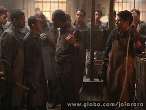 Operários dizem que punição de Ernest é culpa de Franz (Foto: Joia Rara/ TV Globo)