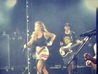 Ivete Sangalo usa saia curta para cantar em show do Natiruts