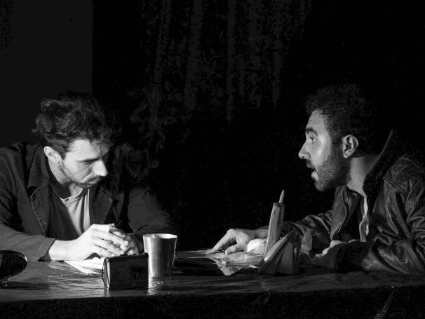 A narrativa começa com o interrogatório do único suspeito encontrado pela polícia na cena do crime (Foto: Divulgação)
