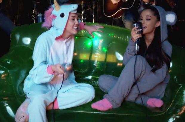 Miley Cyrus e Ariana Grande (Foto: Reprodução/Youtube)