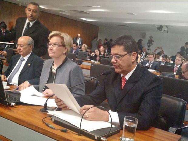 Senador Ricardo Ferraço lê parecer na CCJ (Foto: Laís Alegretti/G1)