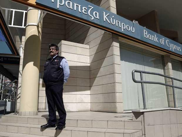 Segurança na frente de um banco no chipre.  (Foto: Reuters)