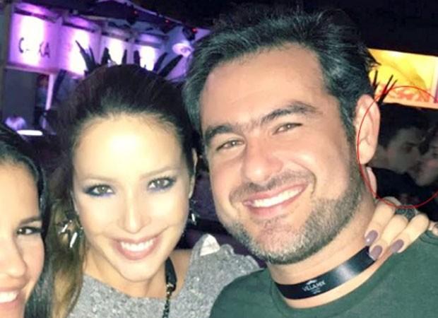 Thierry Figueira e Renata Domingues com o possível casal, Arthur e Emilly, ao fundo (Foto: Reprodução)