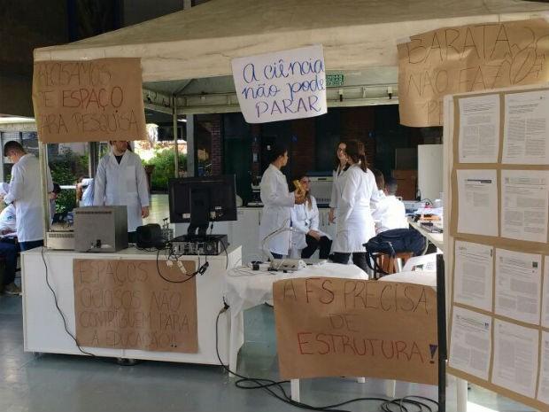 Professores e estudantes do curso de farmácia da UnB montam laboratório imporvisado no corredor da prédio de Ciências da Saúde (Foto: Beatriz Pataro/G1)