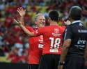 Com profissionais e golaço de Falcão, time de Zico vence Jogo das Estrelas