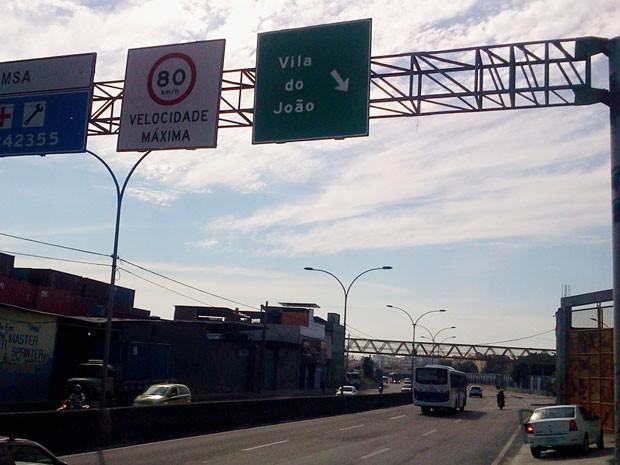 Após engenheiro ser baleado na Maré, placa sinalizando entrada para a comunidade foi colocado no local. (Foto: Lilia Quaino / G1)