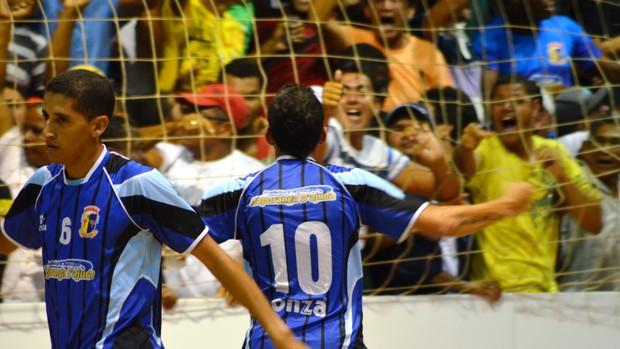 Comemoração de Mamá após gol de empate, ainda no 1º tempo (Foto: Thiago Barbosa/GLOBOESPORTE.COM)