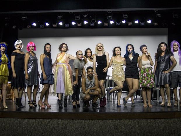 Participantes aprenderam técnicas introdutórias para a montagem de drags queens (Foto: Fábio Rodrigues/G1)