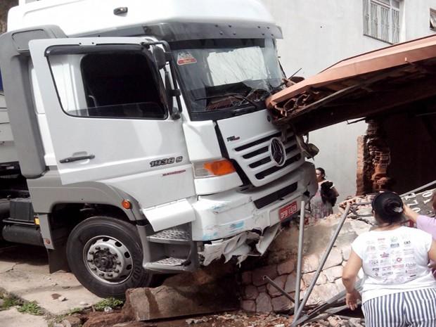 Carreta atinge casa na Rua Carbonita no Bairro São Judas Tadeu (Foto: Douglans Santos/Divulgação)