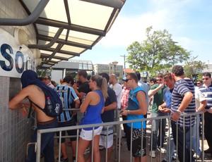 Gremistas fazem fila em bilheteria do Olímpico para comprar ingressos ao Gre-Nal (Foto: Hector Werlang/Globoesporte.com)