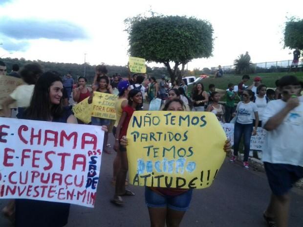 População de Presidente Figueiredo foi às ruas do município para protestar (Foto: Jackson Salvaterra/TV Amazonas)