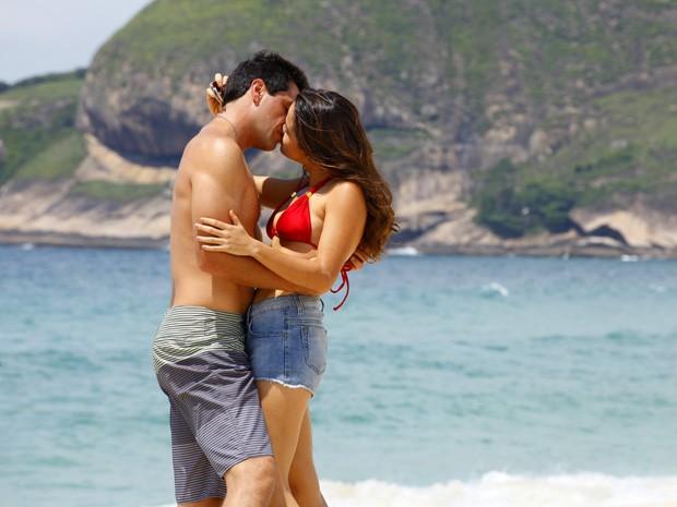 Morena e Theo namoram na praia. Foto: TV Globo