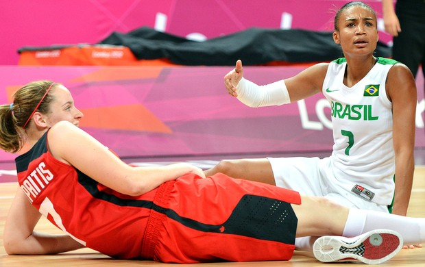 Joice Rodrigues basquete Brasil x Canadá (Foto: AFP)