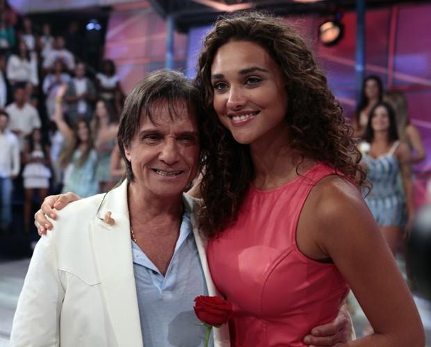 Débora Nascimento bateu uma foto com o Rei. Olha como ela é alta! (Foto: Domingão do Faustão / TV Globo)