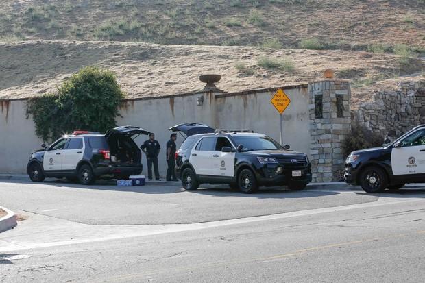 Polícia na entrada da casa de Chris Brown (Foto: AKM-GSI)