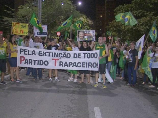 Manifestante protestam contra o Governo petista em frente ao Palácio do Planalto, em Fortaleza (Foto: TV Verdes Mares/Reprodução)