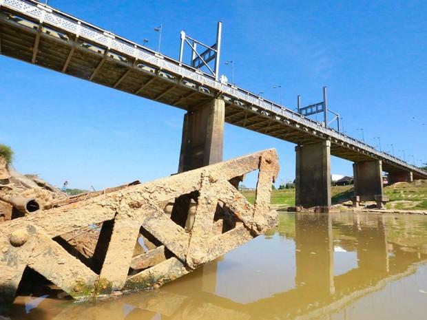 Destroços da primeira ponte metálica sobre o Rio Acre ressurgem por causa da seca (Foto: Marcos Vicentti/Arquivo Pessoal)