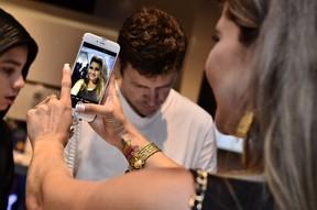 Grace Kelly, a Mulher Maçã, em lançamento de celular na Zona Oeste do Rio (Foto: Roberto Teixeira/ EGO)