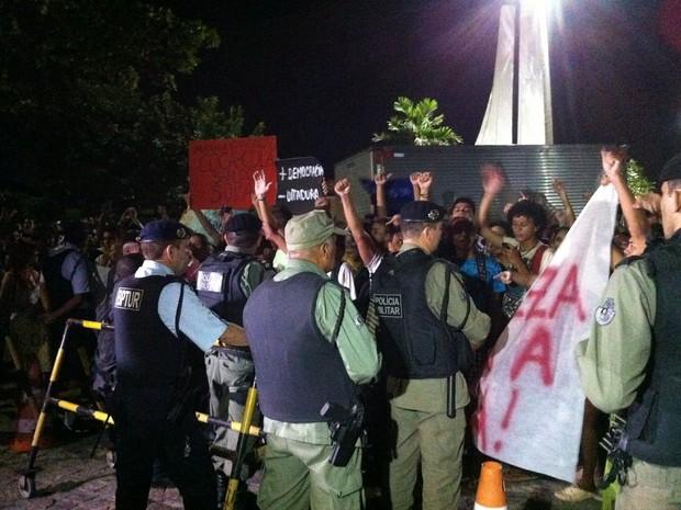 Manifestantes chegam ao hotel onde está hospedada a seleção brasileira (Foto: Gabriela Alves/G1)