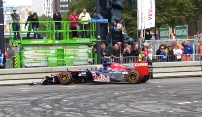 FRAME Max Verstappen bate carro em exibição (Foto: Reprodução)