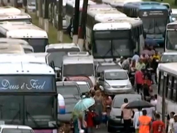Congestionamento na Avenida Paralela, em Salvador, por conta de evento religioso (Foto: Reprodução/TV Bahia)
