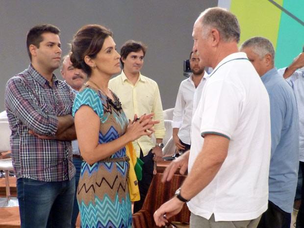 Fátima ouve com atenção o técnico Felipão (Foto: Encontro com Fátima Bernardes/TV Globo)