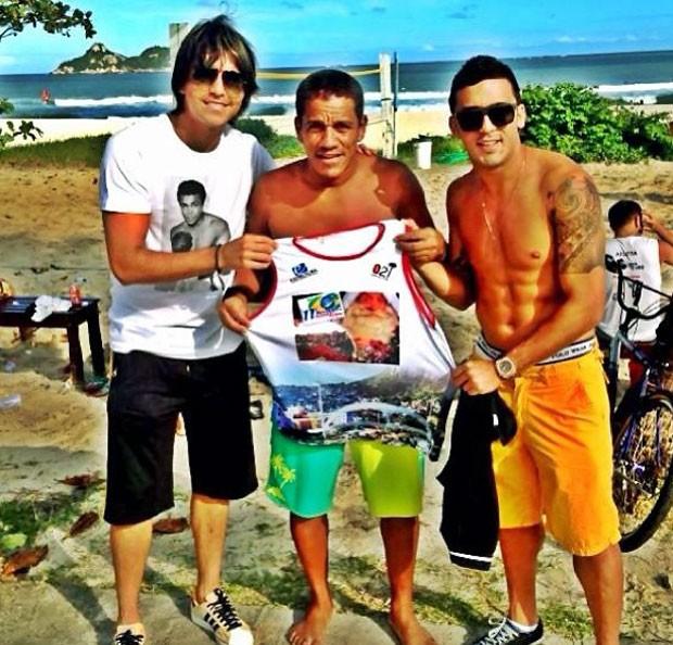 Marcelo Moreno em dia de praia com Edilson (Foto: Reprodução / Instagram)