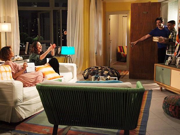 Herval observa Jonas e Vicente chegando felizes com a pizza do jantar (Foto: Carol Caminha/TV Globo)