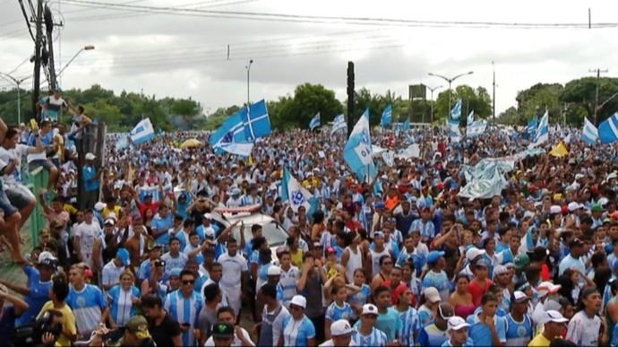 Torcedores foram em grande número acompanhar a chegada de jogadores no aeroporto (Foto: Reprodução/TV Liberal)