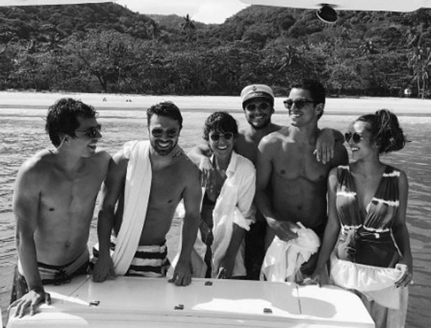 O grupo curte passeio de barco (Foto: Reprodução)
