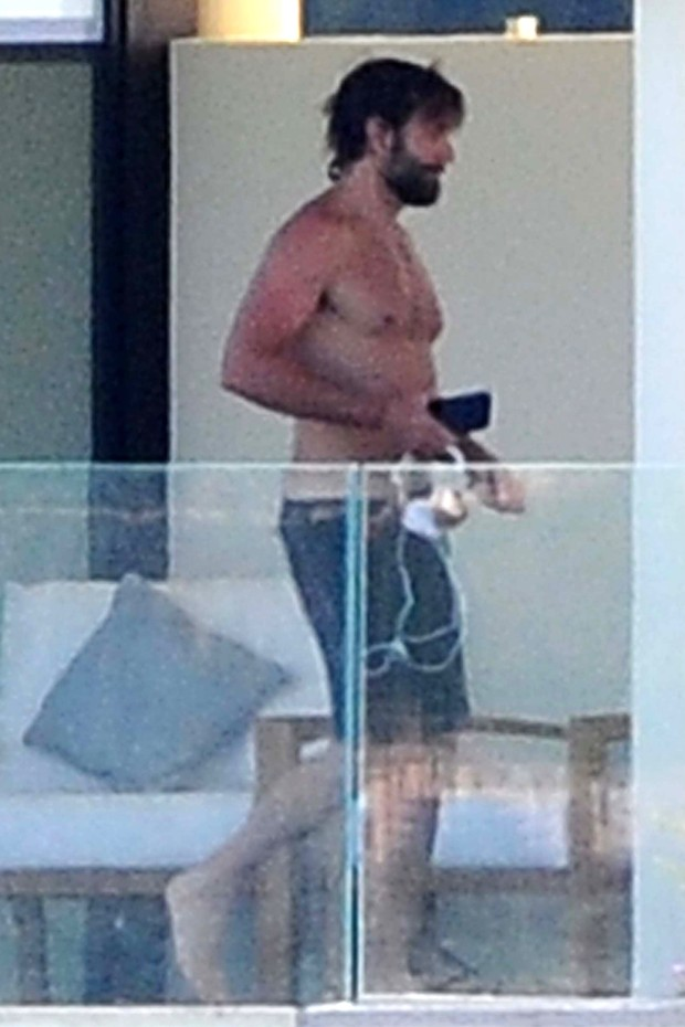 Irina Shayk faz pose sexy e dança para Bradley Cooper em tarde de férias na Itália (Foto: AKM)