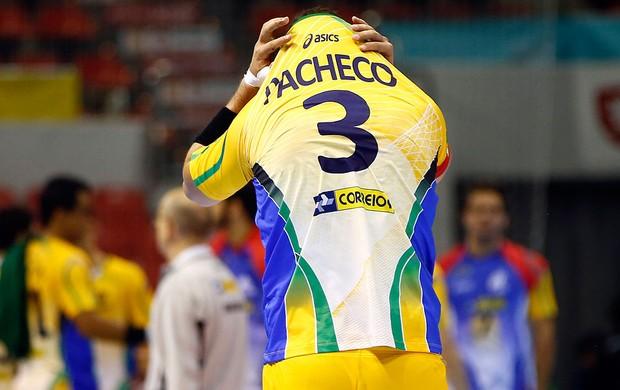 Fernando Pacheco na derrota do Brasil no handebol para a Rússia (Foto: Reuters)