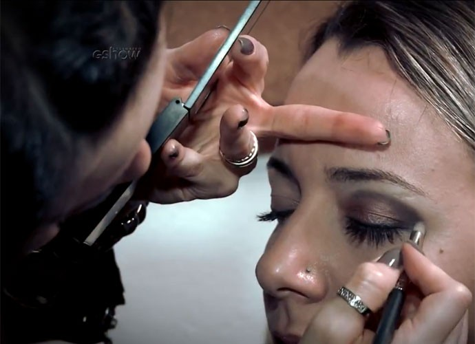 Sombra acobreada na pálpebra móvel e marrom opaca no côncavo (Foto: Gshow/TV Globo)