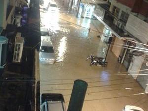 Rua inundada no Centro de Colatina (Foto: Mayara Mello/ TV Gazeta)